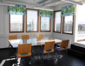 Ryhmätila, pöydät ja tuolit